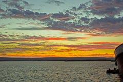 Multicoloured zonsondergang in de visserij van haven stock afbeeldingen