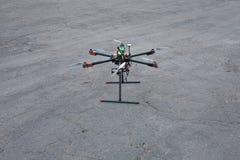 Multicopter está aterrando à terra Imagens de Stock