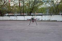 Multicopter landt aan de grond Stock Afbeeldingen