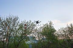 Multicopter vliegt in blauwe hemel Stock Fotografie