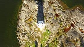 Multicopter-Vogelperspektive des weißen Leuchtturmes, Brummen-Video, steigend ab stock video