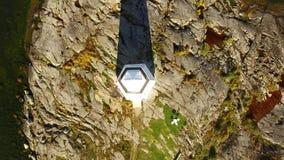 Multicopter-Vogelperspektive des weißen Leuchtturmes, Brummen-Video, steigend auf stock footage