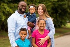 Multicultral familj arkivbild
