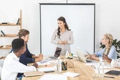 multicultureel commercieel team die nieuwe strategie en ideeën bespreken op vergadering stock afbeelding