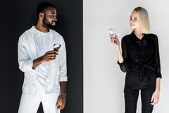multicultureel paar die elkaar met roomijskegels yin bekijken stock foto's