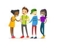 Multiculturele groep tieners die telefoon bekijken Stock Afbeeldingen