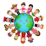 Multiculturele kinderen die hand houden rond de wereld vector illustratie