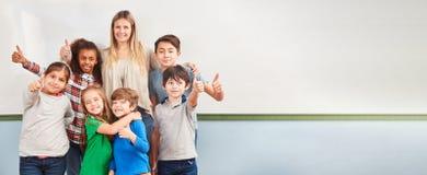 Multiculturele kinderen in schoolklasse van een lage school stock afbeelding