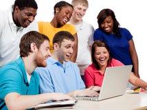 Multiculturele Studenten rond een computer stock fotografie