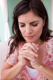 Multiculturele vrouw in het diepe gedachte bidden Royalty-vrije Stock Afbeeldingen
