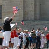 A multidão acena bandeiras americanas na reunião para fixar nossas beiras Fotografia de Stock Royalty Free