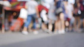 Multidão anônima de povos que andam no mercado do fim de semana de Jatujak, fora de foco video estoque