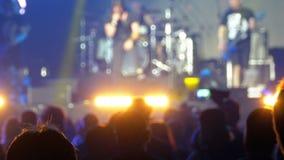 Multidão borrada do concerto no festival de música Concerto de rocha de dança dos povos da multidão video estoque