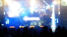 Multidão borrada do concerto no festival de música Concerto de rocha de dança dos povos da multidão filme