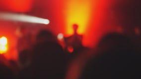 Multidão borrada dos povos que partying em um concerto imagens de stock royalty free
