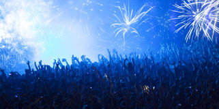 Multidão Cheering no concerto fotografia de stock