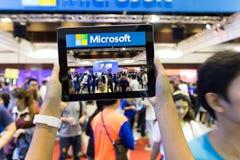 Multidão da captação da tabuleta do uso da mão no evento móvel da expo de Tailândia Fotos de Stock