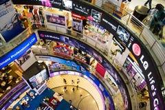 Multidão da compra da TIC