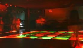 Multidão da dança do clube noturno no movimento Fotografia de Stock