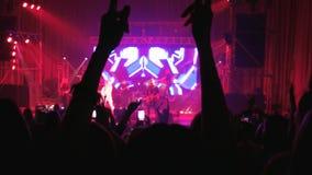 A multidão da dança no concerto de rocha do ar livre, cheering ventila no desempenho vivo, multidão de partying dos povos vídeos de arquivo