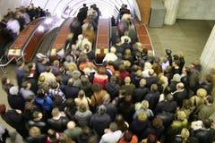 Multidão da escada rolante imagens de stock
