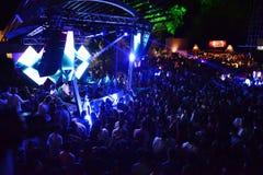 Multidão da música de dança no clube noturno do ar livre, temporada de verão Fotografia de Stock
