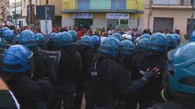Multidão de agentes de polícia durante a manifestação no G7 no taormina Sicília video estoque