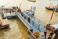 Multidão de barcos de passageiro dos povos tailandeses no cais de Maharaj Imagens de Stock Royalty Free