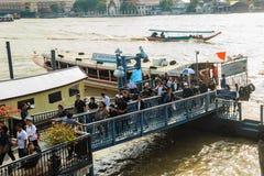 Multidão de barcos de passageiro dos povos tailandeses no cais de Maharaj Fotos de Stock