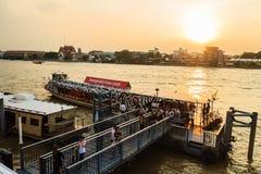 Multidão de barcos de passageiro dos povos tailandeses no cais de Maharaj Imagens de Stock
