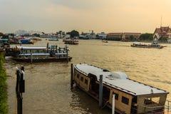 Multidão de barcos de passageiro dos povos tailandeses no cais de Maharaj para olhar a procissão real transferir o corpo do rei Foto de Stock Royalty Free