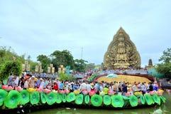 A multidão de budistas está oferecendo o incenso à Buda com mil mãos e mil olhos no Suoi Tien estacionam em Saigon Imagens de Stock
