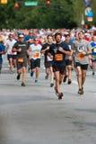 Multidão de corredores corridos na competição automóvel de Atlanta do 4 de julho Fotografia de Stock