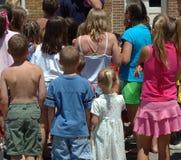 Multidão de crianças fotografia de stock