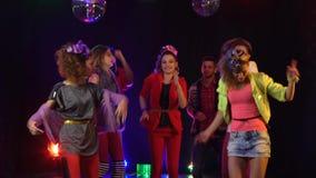 Multidão de dança de salto da dança dos fãs no estúdio Fume o fundo video estoque