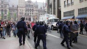 A multidão de demonstradores empurra para trás a linha de polícia vídeos de arquivo