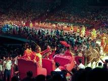 Multidão de desempenho do circo do relógio dos povos Foto de Stock