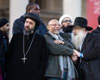 Multidão de diversidade - padre ortodoxo, rabino, sikh imagem de stock