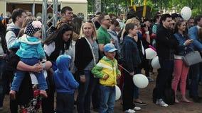 Multidão de estada dos povos na rua audiências Festival do verão ensolarado Crianças pequenas video estoque