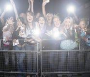 Multidão de fãs fêmeas novos que gritam e que cheering no concerto Fotos de Stock Royalty Free