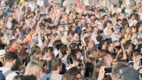 Multidão de fãs que cheering no festival de música ao ar livre video estoque