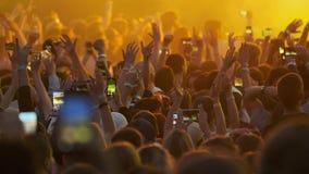 Multidão de fãs que cheering no festival de música ao ar livre filme