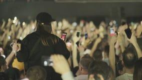 Multidão de fãs que cheering no festival de música ao ar livre vídeos de arquivo
