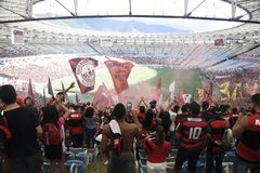 A multidão de Flamengo comemora no estádio de Maracanã Imagens de Stock Royalty Free