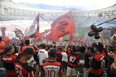 A multidão de Flamengo comemora no estádio de Maracanã Fotografia de Stock