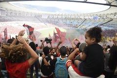 A multidão de Flamengo comemora no estádio de Maracanã Fotografia de Stock Royalty Free