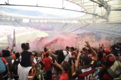 A multidão de Flamengo comemora no estádio de Maracanã Imagens de Stock