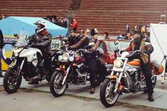 Multidão de motociclistas na cidade Fotos de Stock