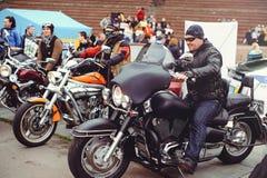 Multidão de motociclistas na cidade Imagem de Stock