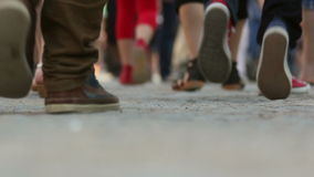 Multidão de passeio dos povos
